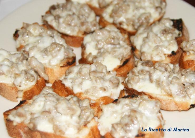 Crostini con stracchino e salsiccia