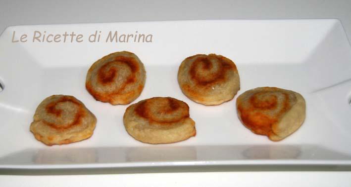 Biscotti al parmigiano e salsa ai peperoni