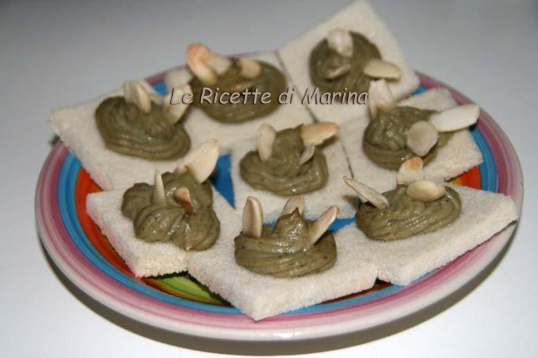 Crostini con mousse di carciofi e mandorle, ricetta sfiziosa