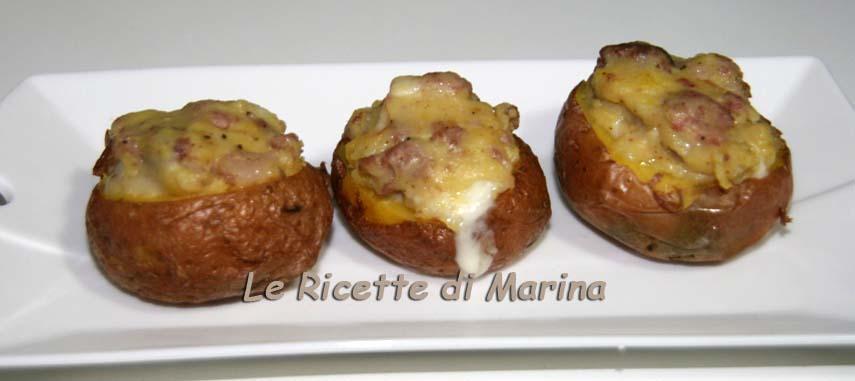 Patate ripiene con salsiccia e formaggio