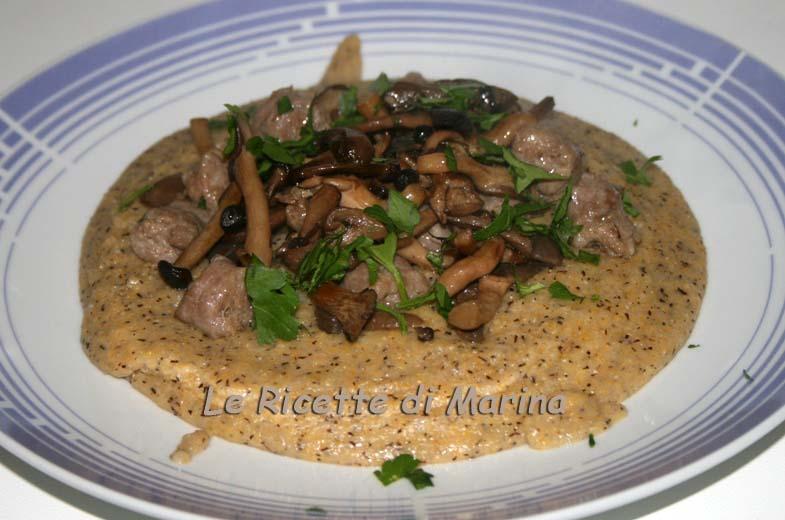 Polenta taragna con salsiccia e funghi