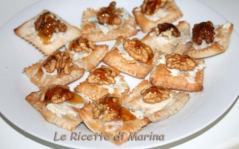 Quadratini di sfoglia con gorgonzola noci e miele