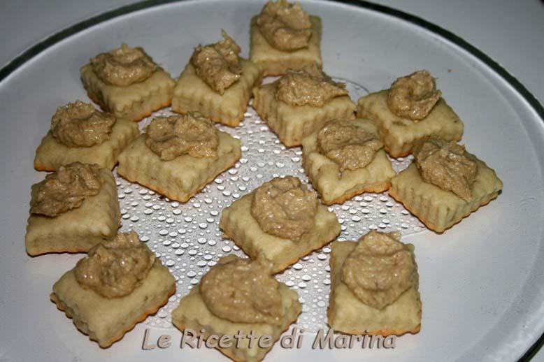 Biscotti al gorgonzola con crema di carciofi