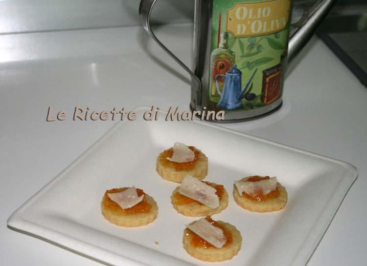 Biscotti salati all'olio con marmellata piccante