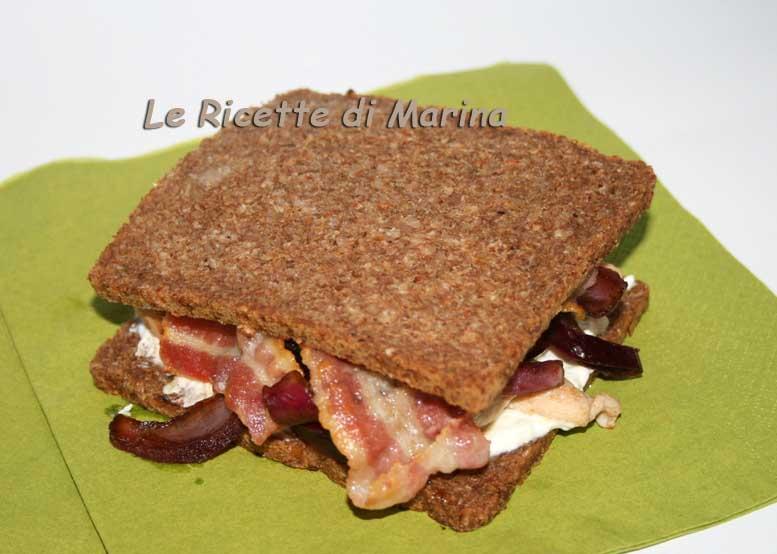 Il panino perfetto – Sandwich con pollo, tzatziki, bacon e cipolla croccante