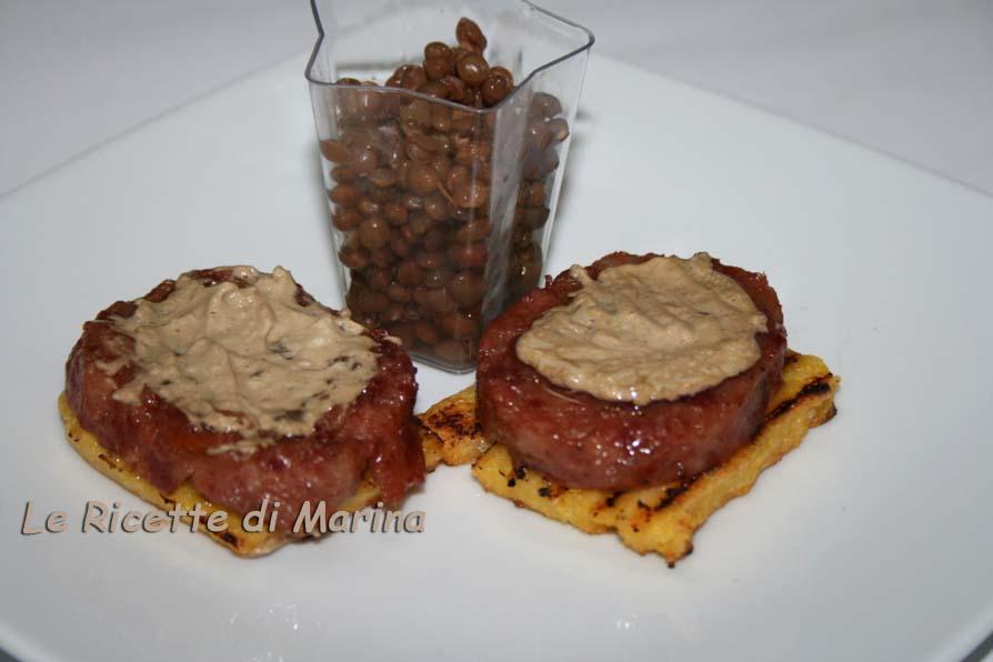 Crostini di polenta e cotechino e crema di porcini