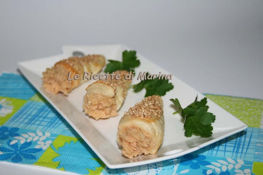 Cannoli di sfoglia con mousse di salmone