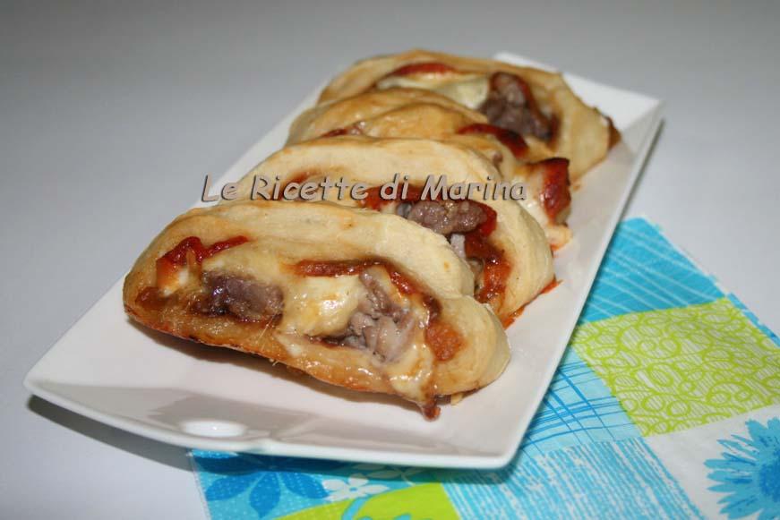 Girelle di pizza con peperoni e salsiccia