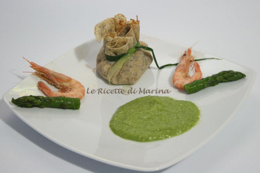 Crepes di grano saraceno con ricotta e gamberetti su crema di asparagi