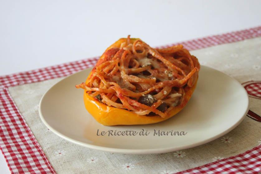 Peperoni ripieni di spaghetti integrali