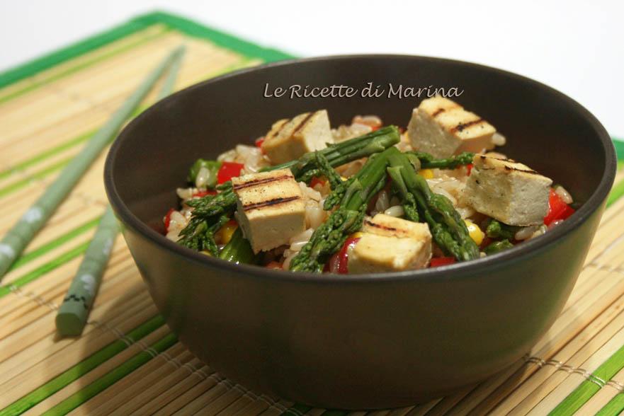 Insalata di riso integrale con verdure e tofu grigliato