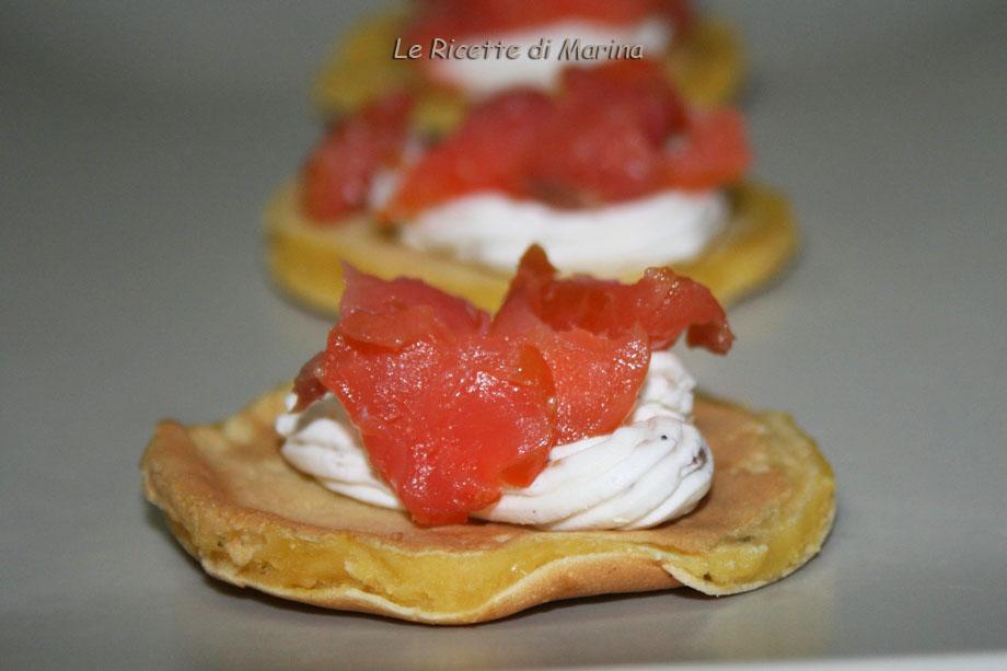 Mini pancake salati con mousse di formaggio e salmone