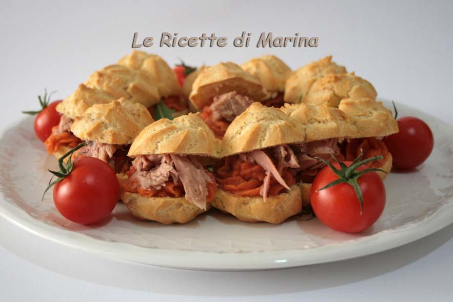Corona di bignè salati con mousse ai peperoni e tonnotto
