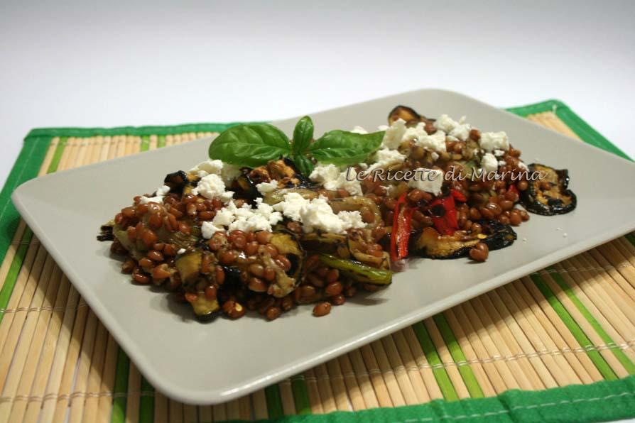 Insalata di farro con verdure grigliate e feta