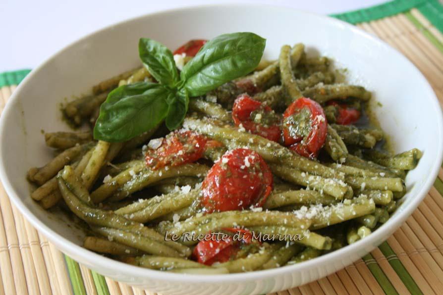 Pasta con pesto di basilico e pomodorini al forno