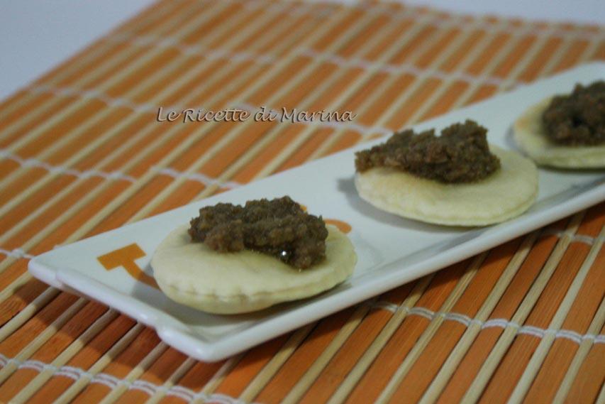 Crostini con patè di olive