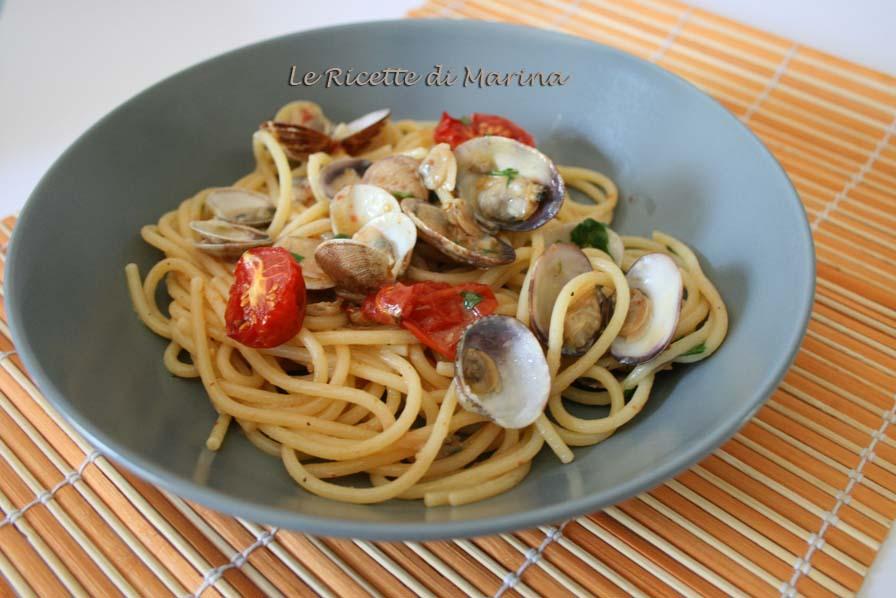 Spaghetti con frutti di mare e pomodori al forno