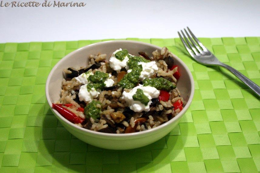 Insalata di riso con verdure, pesto e fiocchi di latte