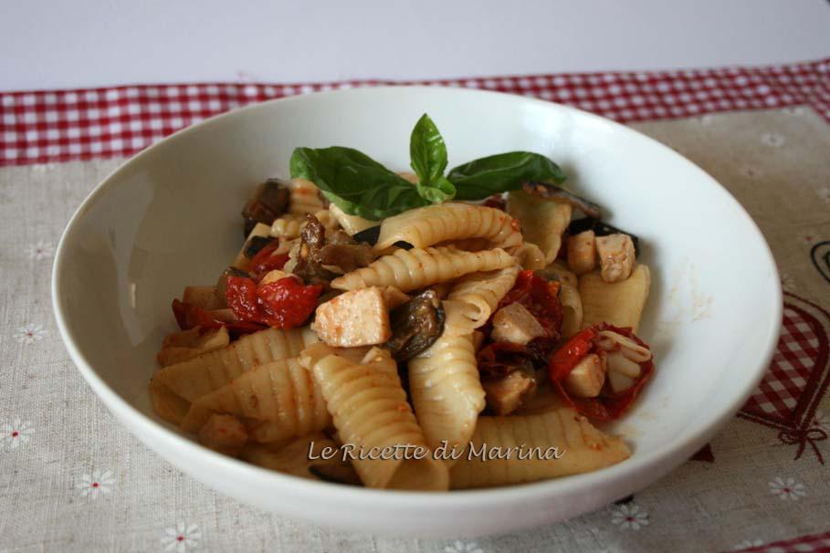 Garganelli con pesce spada e pomodorini al forno