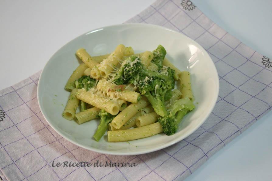 Pasta con broccoli pancetta e scamorza