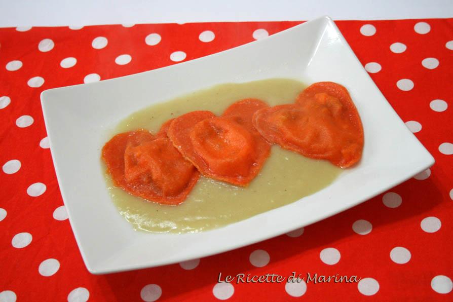 Cuori rossi di pasta fresca ripiena su vellutata di patate