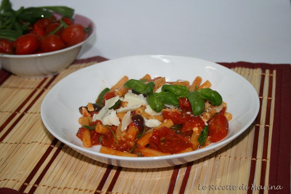 Pasta con pomodorini del piennolo, olive e capperi
