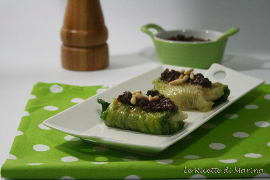 Bauletti di scarola con mozzarella e salsa alle olive