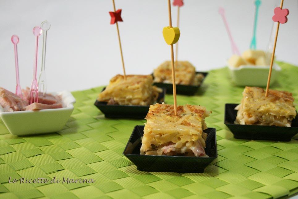 Cubetti di frittata di pasta con piselli e prosciutto cotto