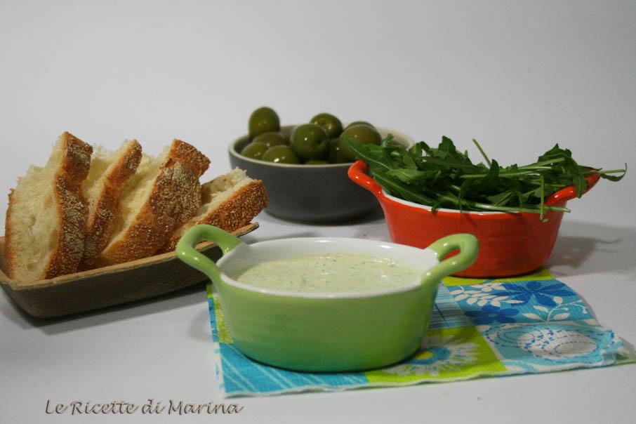 Mousse di formaggio con olive e rucola