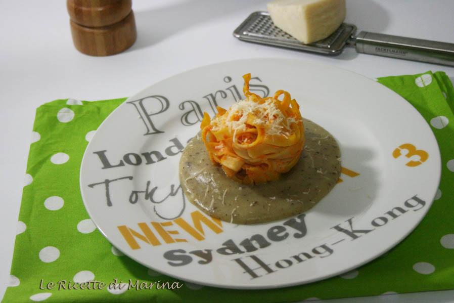 Nidi di tagliatelle con zucca e ricotta su crema di patate al tartufo