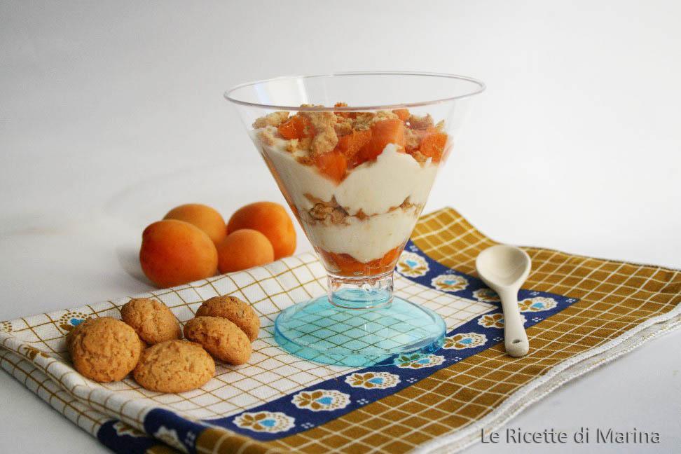 Coppe fredde yogurt albicocche e amaretti