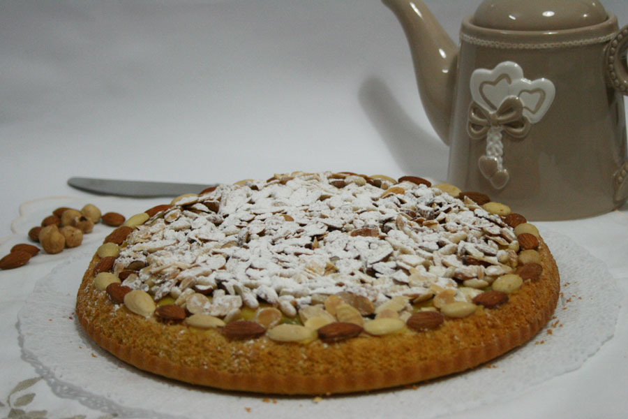 Crostata morbida con crema amarena e frutta secca