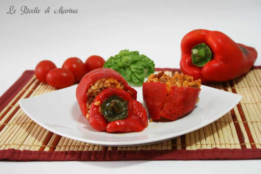 Peperoni ripieni di riso con carne e pomodoro