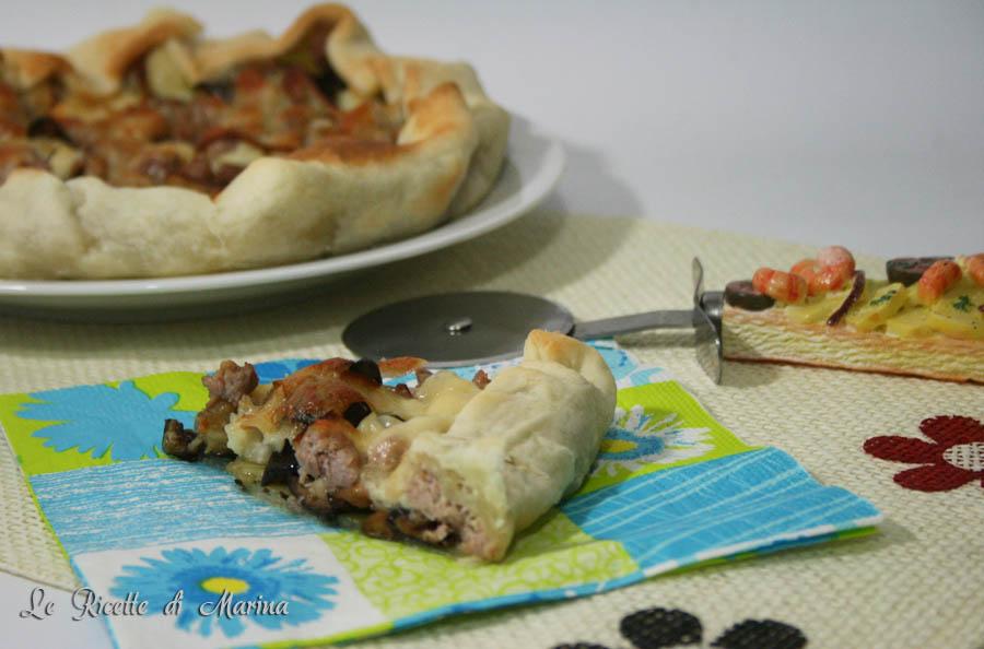 Pizza rustica con melanzane salsiccia e scamorza