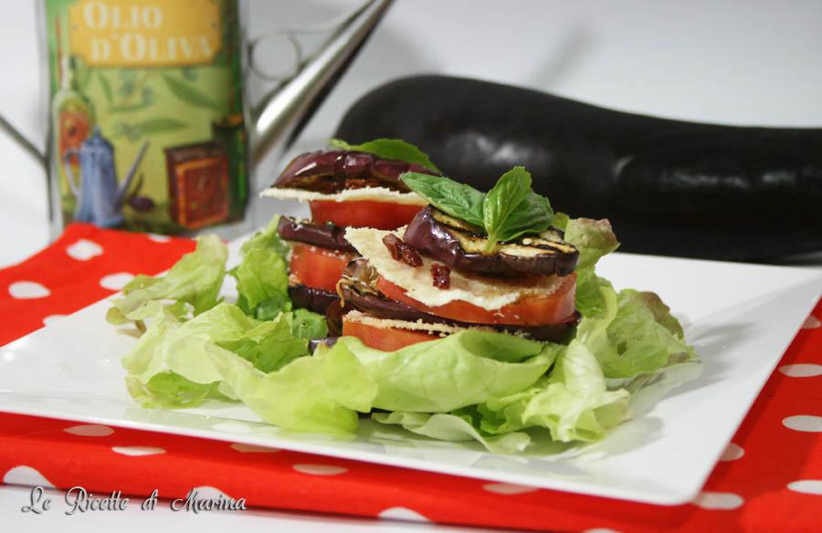 Torrette di melanzane grigliate pomodori e cialde di parmigiano