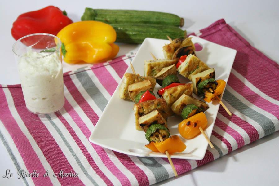 Spiedini di verdure e frittata con salsa tzatziki
