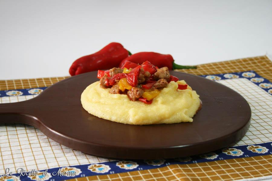 Peperoni e salsiccia con polenta