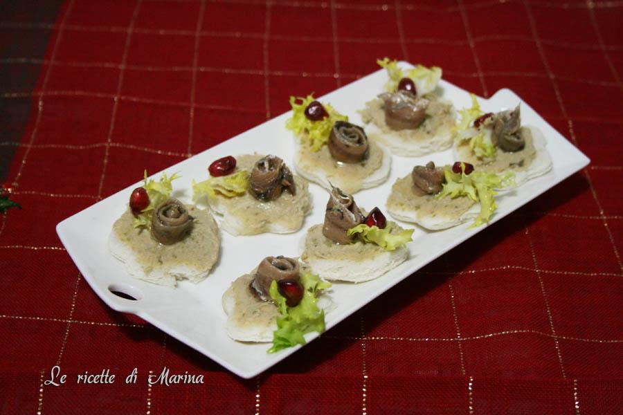 Tartine con salsa tonnata e acciughe