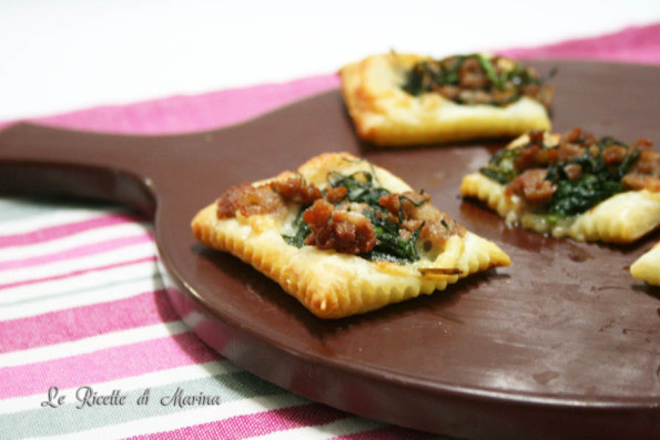Pizzette di sfoglia con agretti e salsiccia