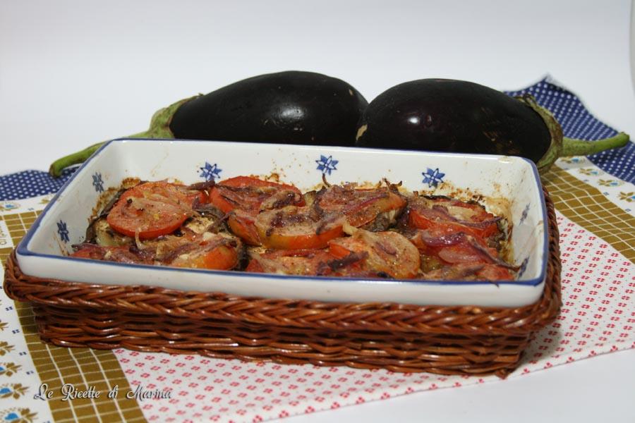 Melanzane con cipolle e pomodori