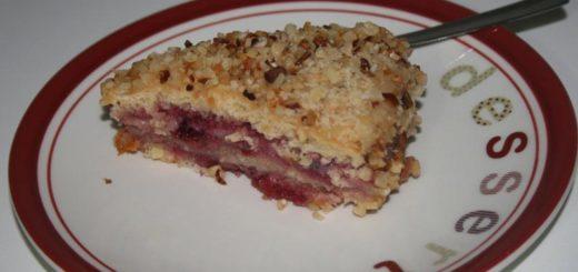 Torta con crema e ciliegie ricoperta di nocciole