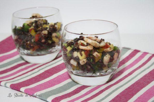 Insalata di riso venere con pesce e verdure