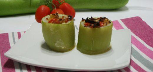 Zucchetta ripiena di olive e pomodori