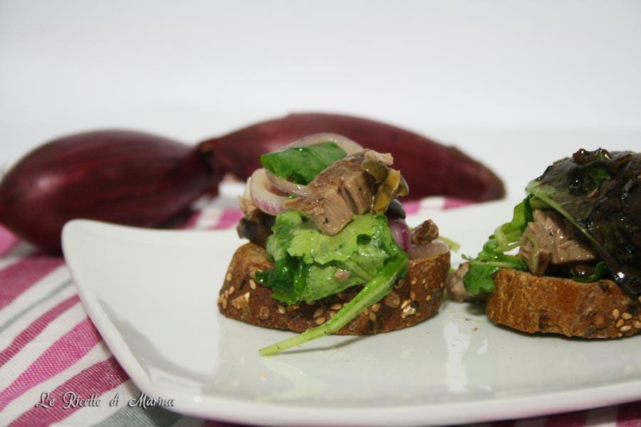 Bruschette con tonno fresco e cipolle