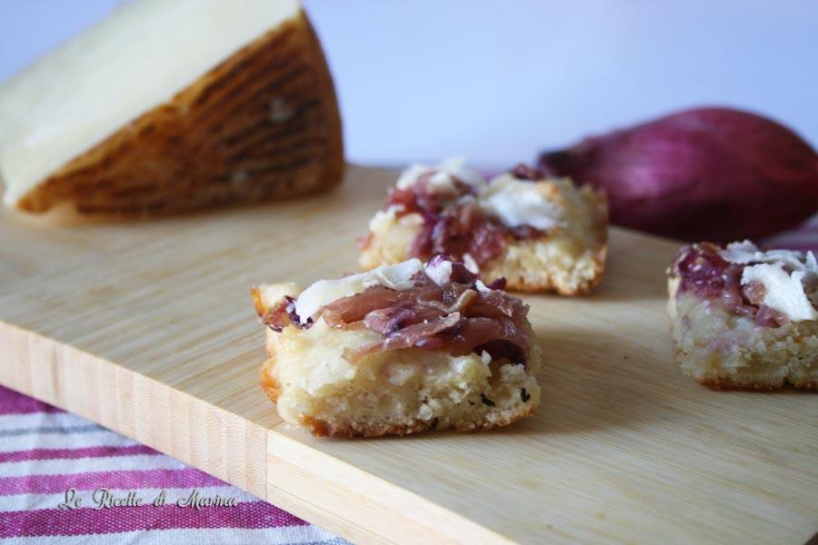 Focaccia con cipolle e pecorino