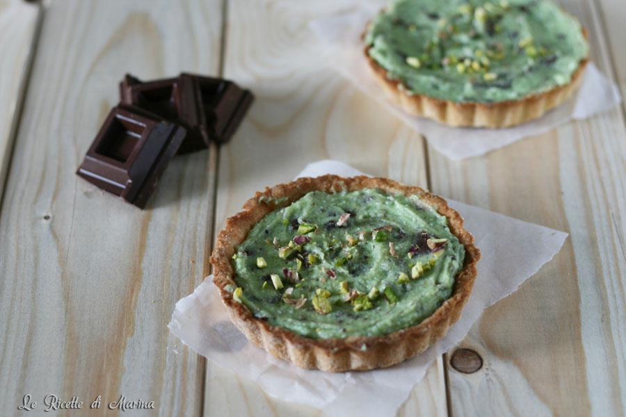 Crostatine di frolla con crema di ricotta, pistacchio e scaglie di cioccolato