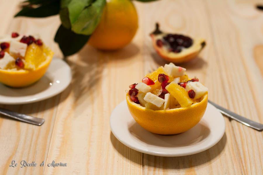 Coppe di arance con insalata e formaggio