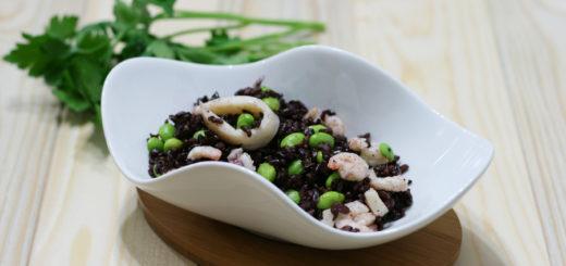 Insalata di riso venere con pesce ed edamameq