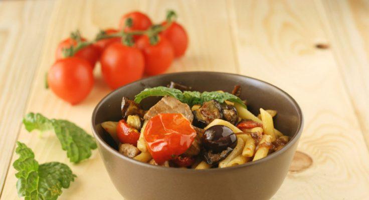 Pasta con pesce spada e verdure al forno