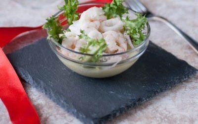 Insalata di gamberi e calamari su crema di patate